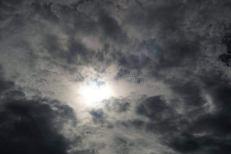 Svart himmel och solen royaltyfri bild