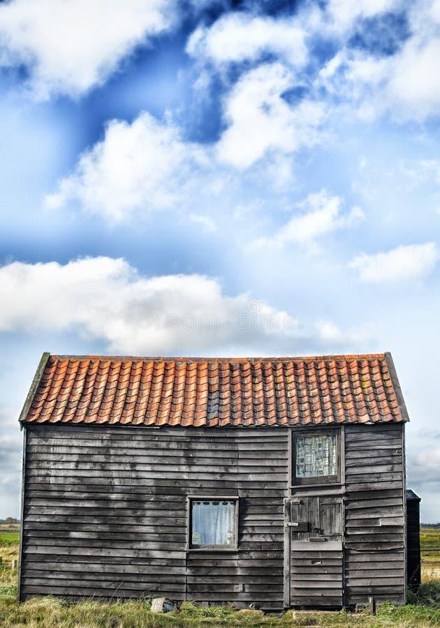 Svart hus, blå himmel royaltyfri bild