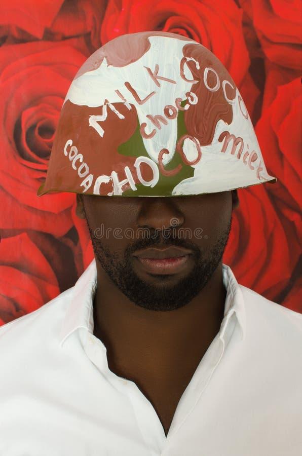 Svart i chokladhjälm på blom- bakgrund royaltyfri bild