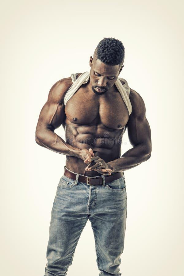 Svart idrottshallpassformman som visar hans sexiga kropp royaltyfri bild