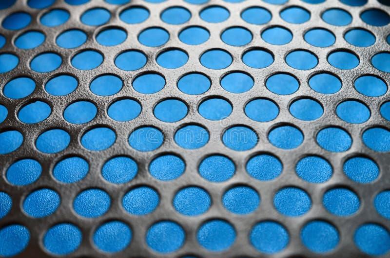 Svart ingrepp för panel för metalldatorfall med hål på blå backgrou arkivfoton