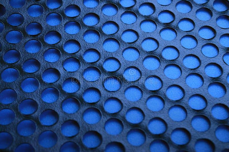 Svart ingrepp för panel för metalldatorfall med hål på blå backgrou royaltyfri fotografi