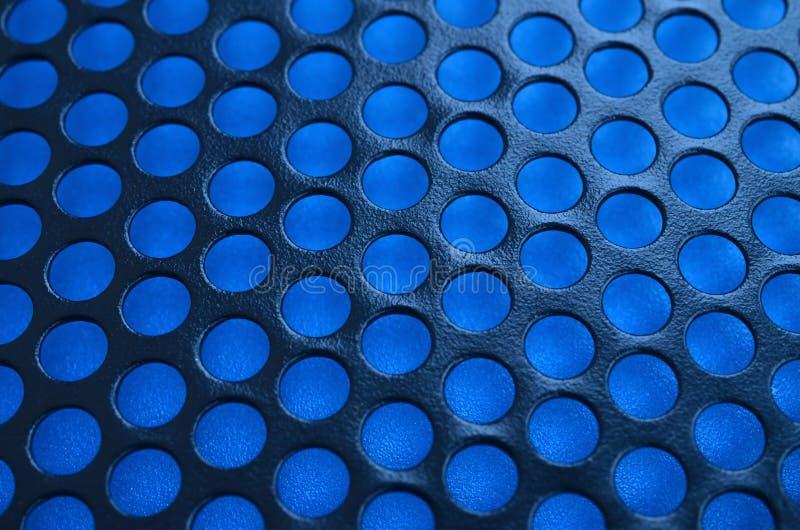 Svart ingrepp för panel för metalldatorfall med hål på blå backgrou fotografering för bildbyråer