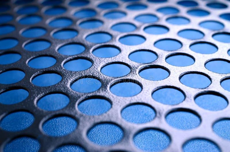 Svart ingrepp för panel för metalldatorfall med hål på blå backgrou arkivbild