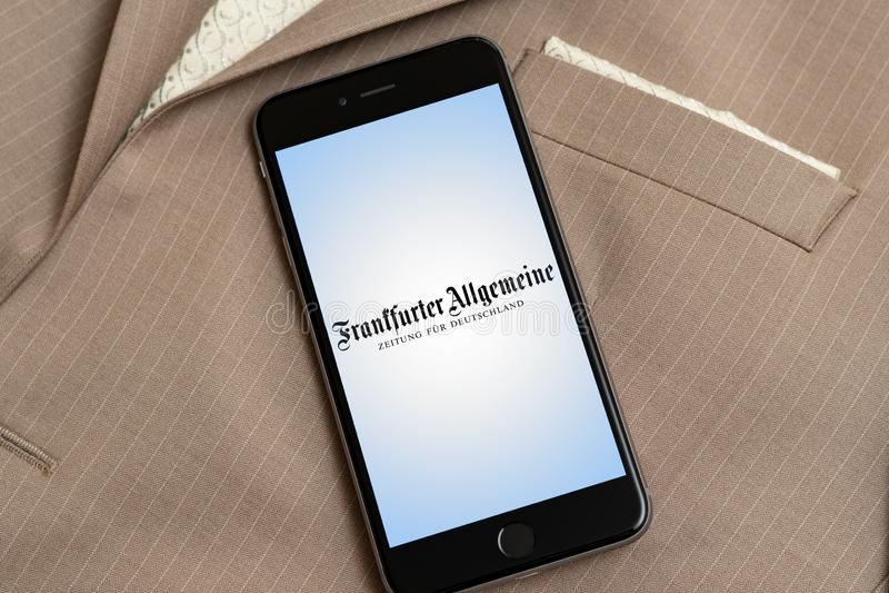 Svart iPhone med logo av tysk nyhetsmedia Frankfurter Allgemeine Zeitung p royaltyfri foto