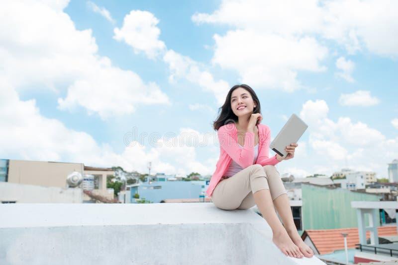 svart isolerad begreppsfrihet njutning Asiatisk ung kvinna som kopplar av under blått fotografering för bildbyråer