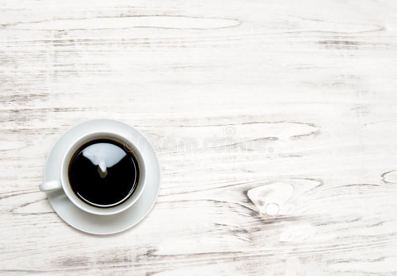 Svart kaffe på träbakgrund Köksbordyttersida royaltyfria bilder
