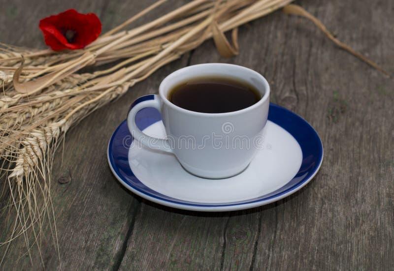 Svart kaffe, vete och blomma av den röda vallmo royaltyfri fotografi