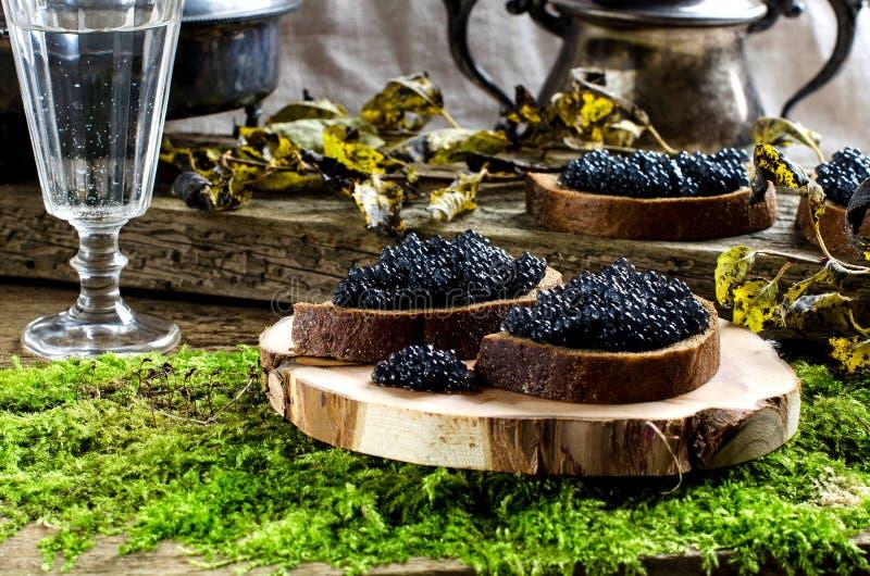 svart kaviarvodka tappning för stil för illustrationlilja röd royaltyfria foton