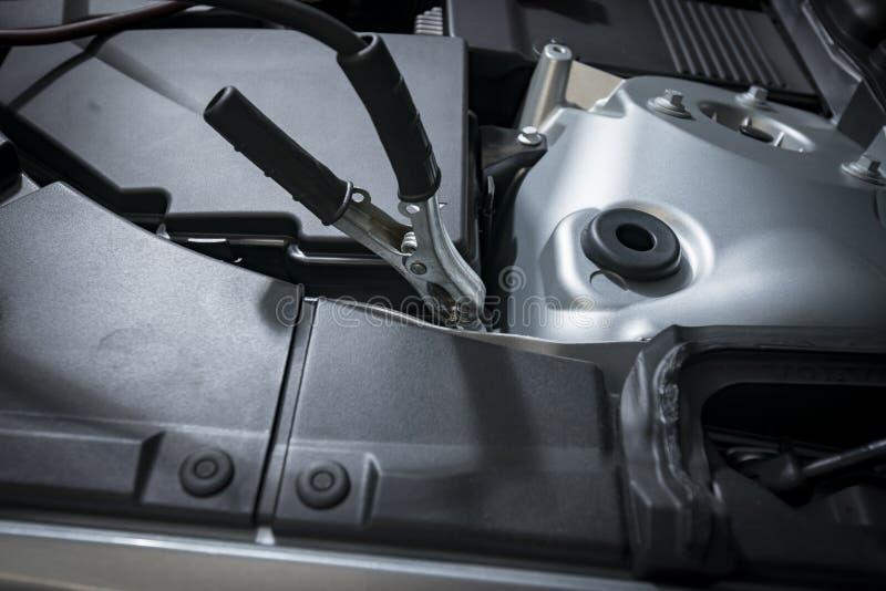 Svart klämma på bilbatteriet royaltyfria bilder
