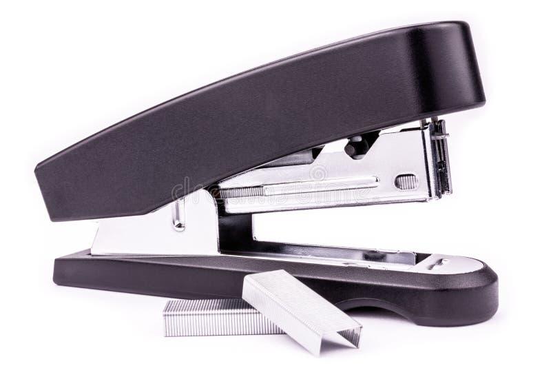 Svart kontorshäftapparat med metallkonsoler - som isoleras på vit royaltyfri bild