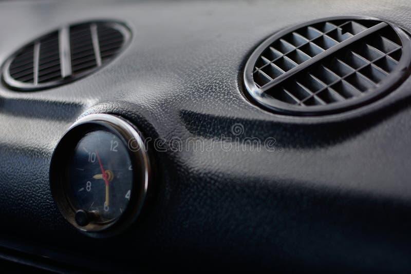 Svart kontrollbord i en rysk bil arkivfoton