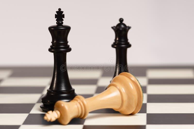Svart konung Victory på schackbräde royaltyfria bilder