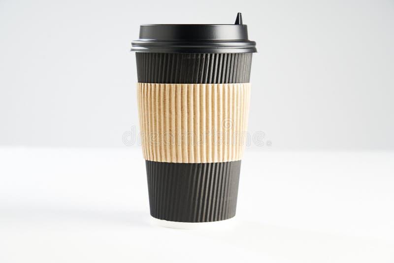 Svart kopp för pappers- disponibelt kaffe för tagande bort eller att gå som isoleras på vitt, utrymme för designorientering royaltyfri foto