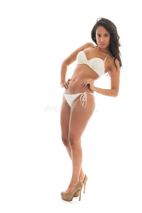 Svart kvinna i den vita bikinin arkivfoton
