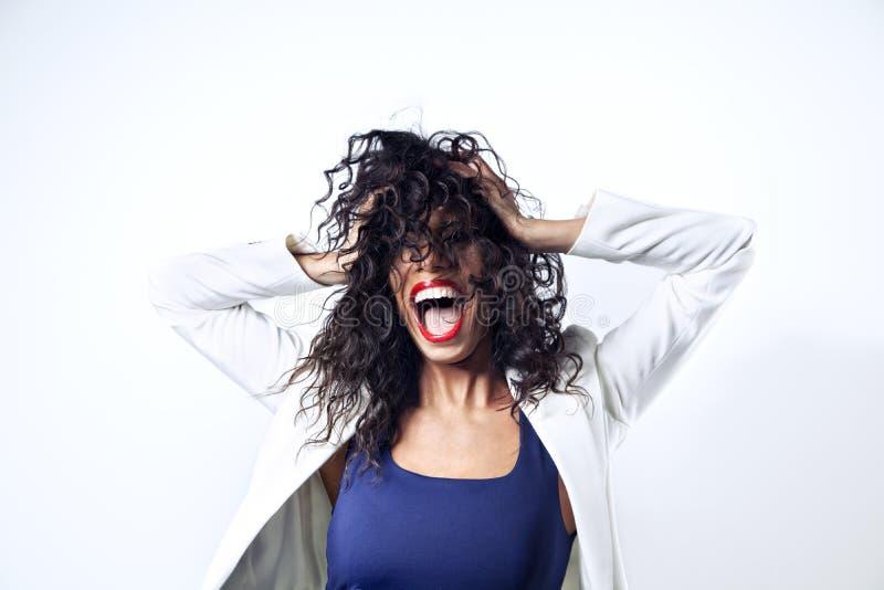 Svart kvinna med långt hår som skriker, emitions Röd läppstift öppnad mun arkivbilder
