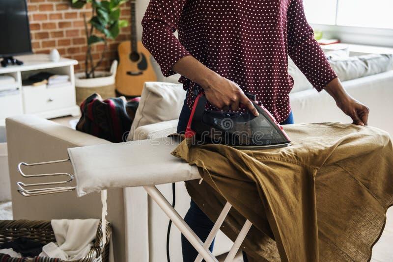 Svart kvinna som gör ett hushållsarbete royaltyfria foton