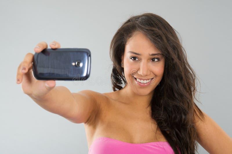 Svart kvinna som tar selfie royaltyfri foto