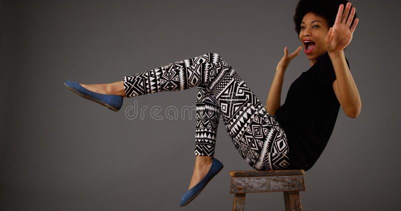 Svart kvinnadans på stol arkivbild