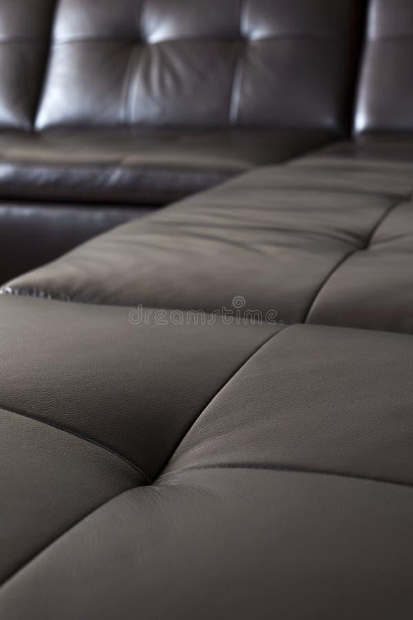 svart lädersofa arkivbild