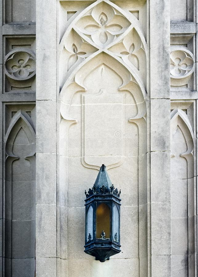 Svart lampa på kyrkaväggen royaltyfri foto