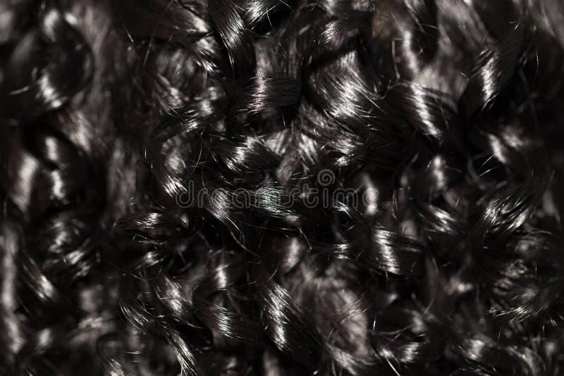 Svart lockigt hår som bakgrund arkivbild