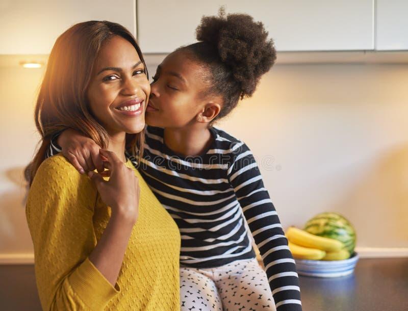 Svart mamma och dotter som älskar sig royaltyfria foton