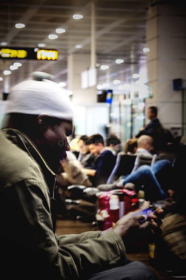 Svart man på flygplatsen fotografering för bildbyråer
