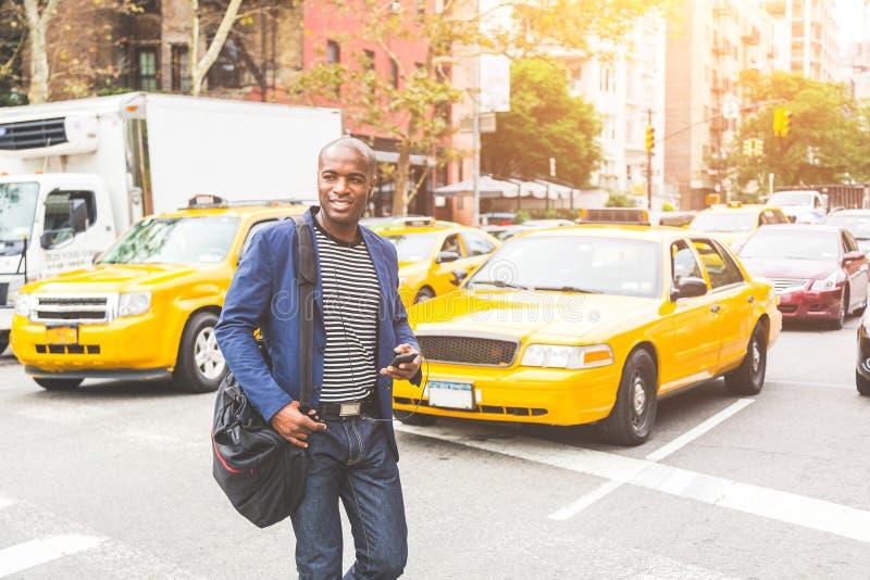 Svart man som korsar en gata i New York royaltyfria foton