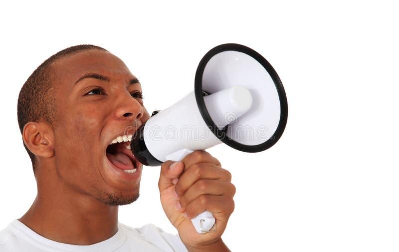 Svart man som ropar till och med megafonen royaltyfria bilder