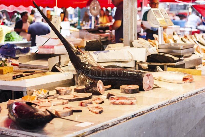 Svart marlin, Istiompax indica till salu i fiskmarknaden av Catania, Sicilien, Italien royaltyfria bilder