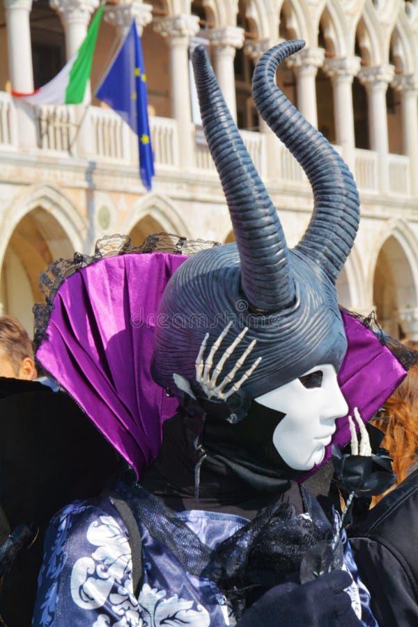 Svart maskering med horn, Venedig, Italien, Europa arkivfoto