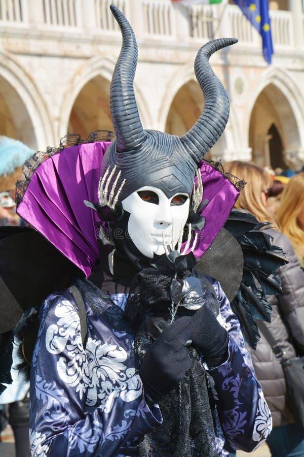 Svart maskering med horn, Venedig, Italien, Europa royaltyfria foton
