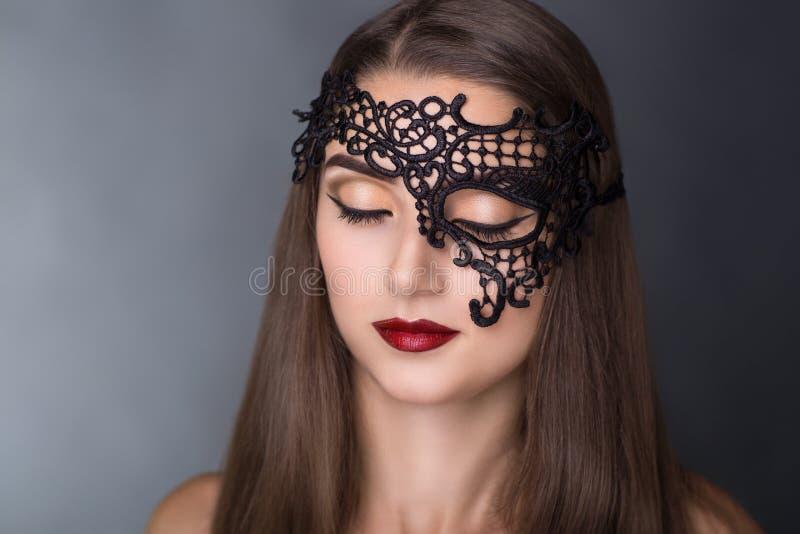svart maskeringskvinna arkivfoton