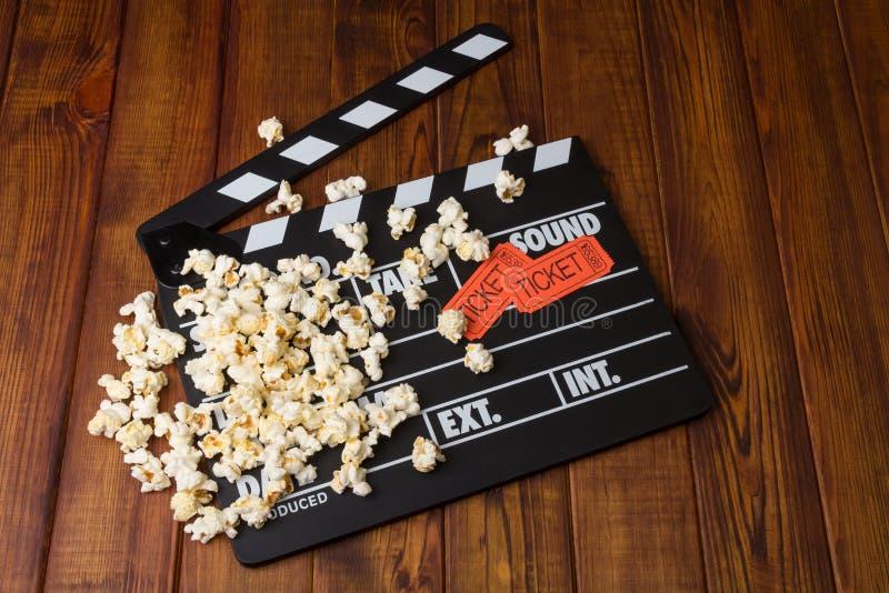 Svart med vita bokstäver festar popcornapparater, popcorn- och filmbiljetten arkivfoton