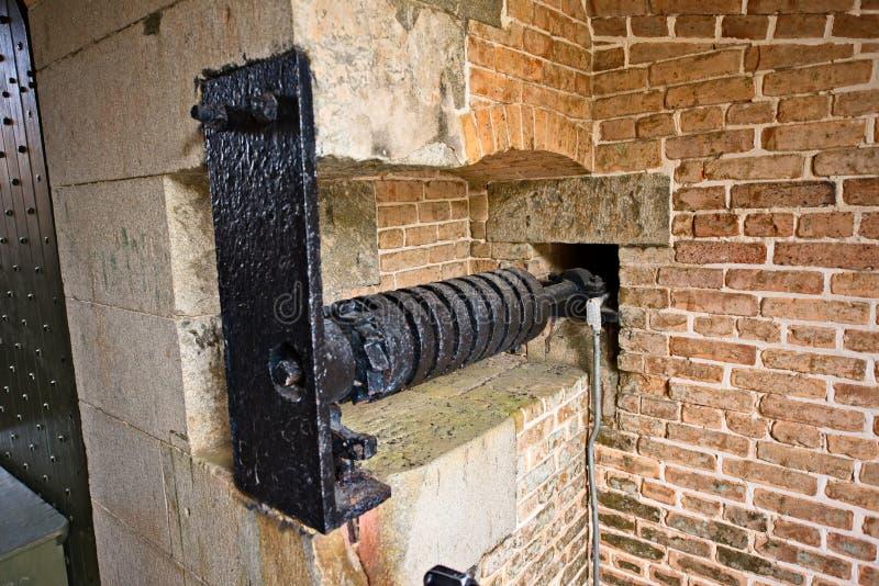 Svart metallspak som går till och med en gammal tegelstenfästning royaltyfria foton