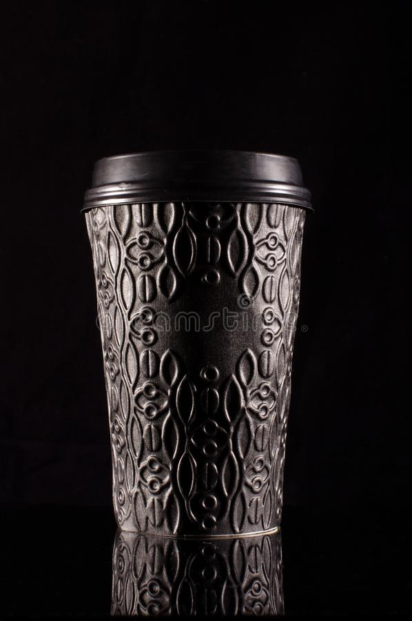Svart modern disponibel pappers- kaffekopp med plast- lockisolat royaltyfri fotografi