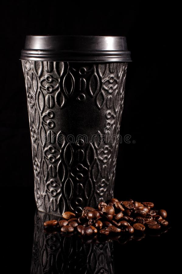Svart modern disponibel pappers- kaffekopp med plast- lockisolat arkivbild