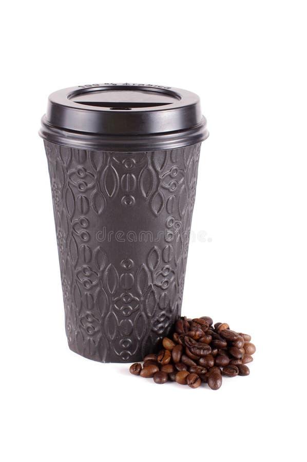 Svart modern disponibel pappers- kaffekopp med plast- lockisolat royaltyfria bilder