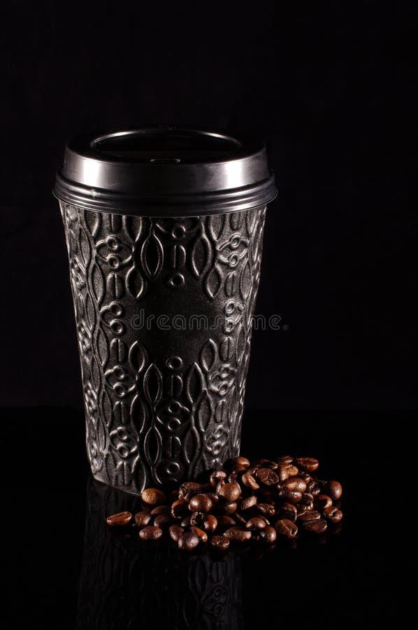 Svart modern disponibel pappers- kaffekopp med plast- lockisolat royaltyfri bild
