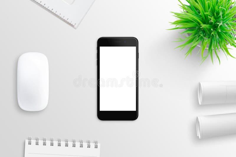 Svart modern smart telefon på det vita kontorsskrivbordet som omges med blocket, växten, projektlegitimationshandlingar och dator arkivfoton