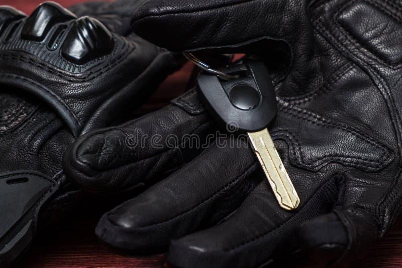 Svart motorcykelhandske för äktt läder med hög säkerhet Motorc arkivfoton