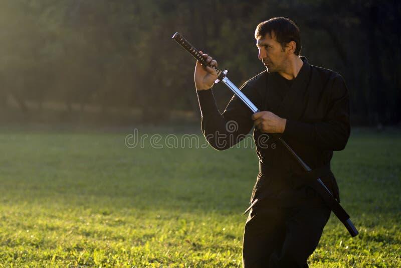 Svart ninja med svärdet royaltyfri fotografi