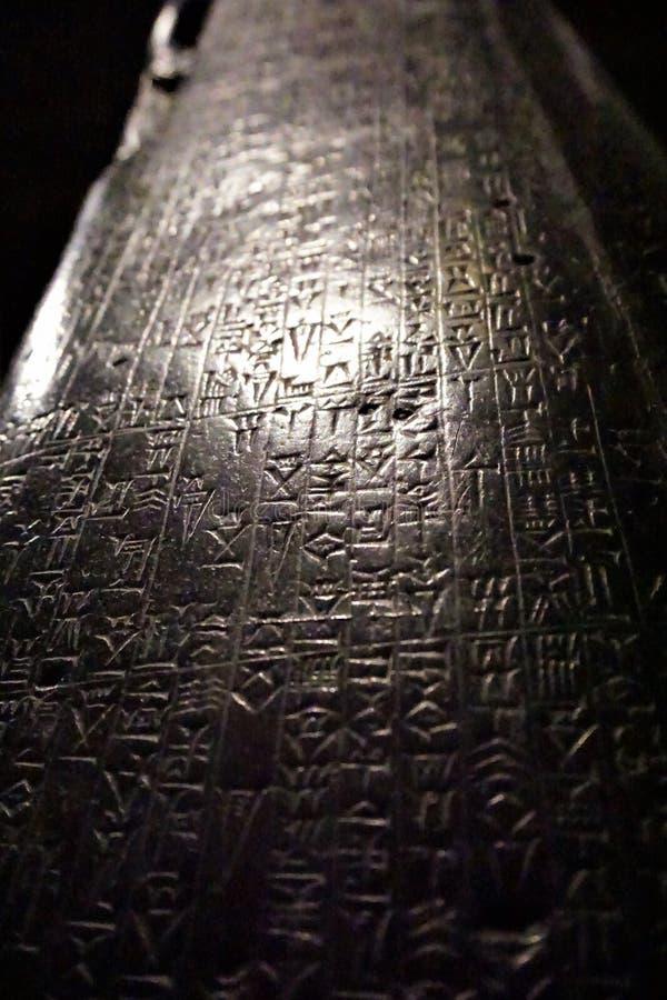 Svart obelisk med kilskrift- handstil royaltyfria foton