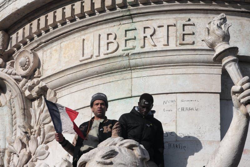 Svart och arabiskt folk på statyn av republiken i Paris arkivfoto