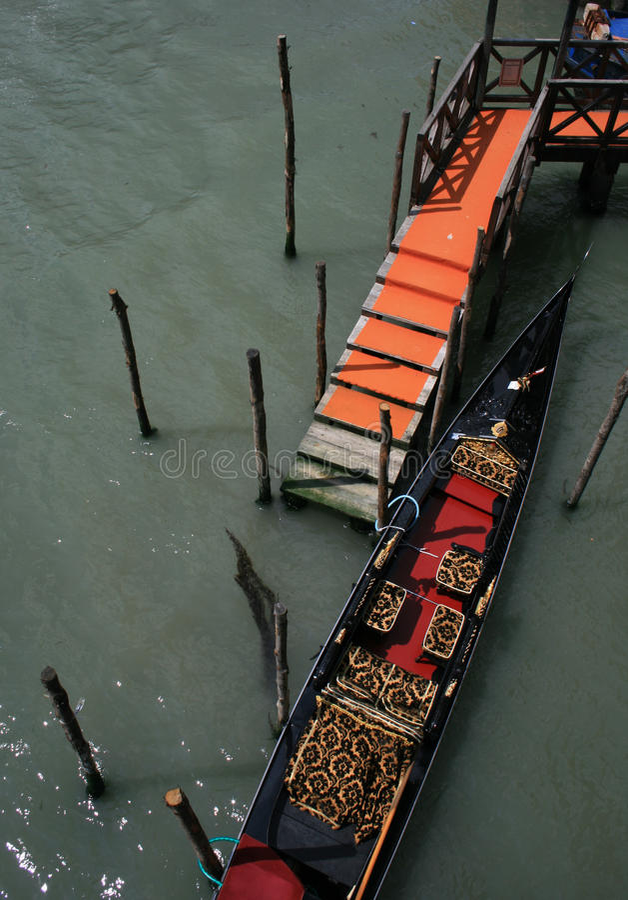 Svart och röd gondol i Venedig arkivfoton