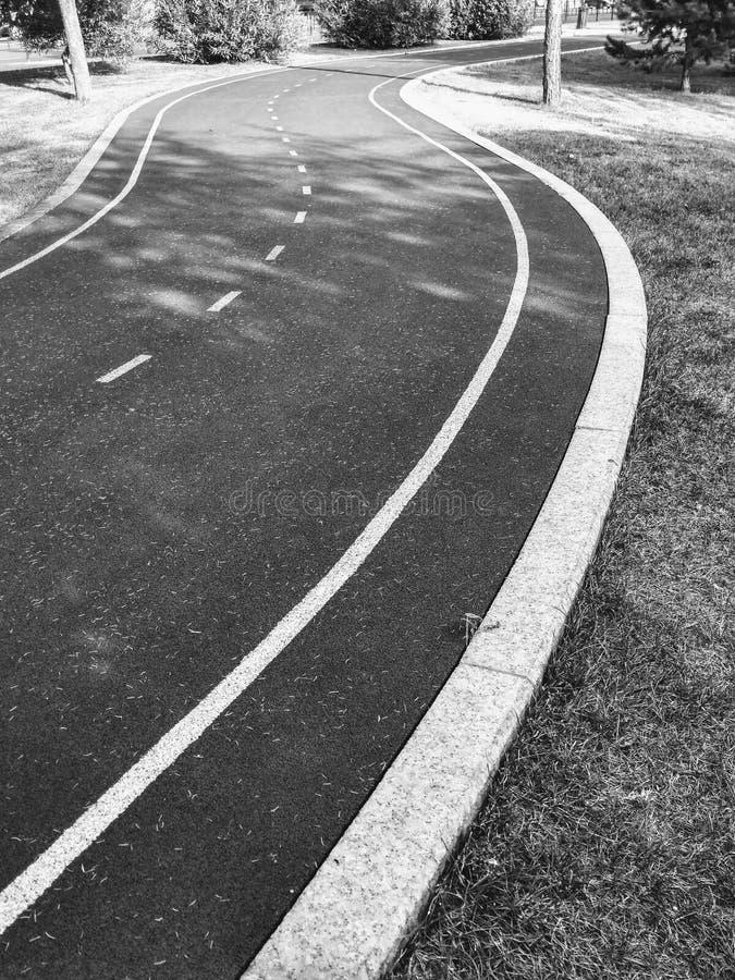 Svart och vitt bildträningsspår för joggning i parken med markeringar arkivfoton