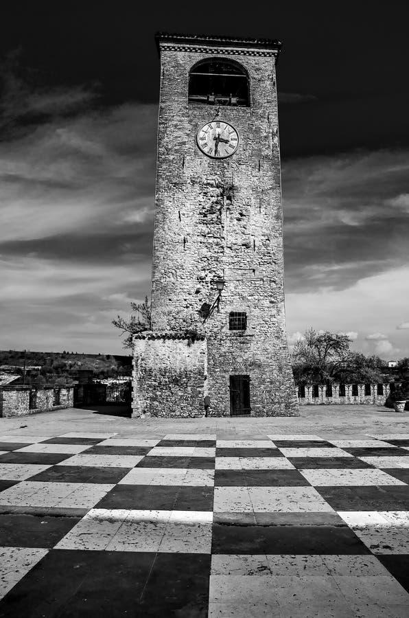 Svart och whit för golv för schackbräde för Castelvetro Modena klockatorn royaltyfria bilder