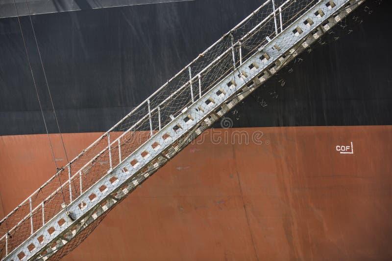 Svart orange järnmalmbärare med den fällda ned landgången royaltyfria bilder