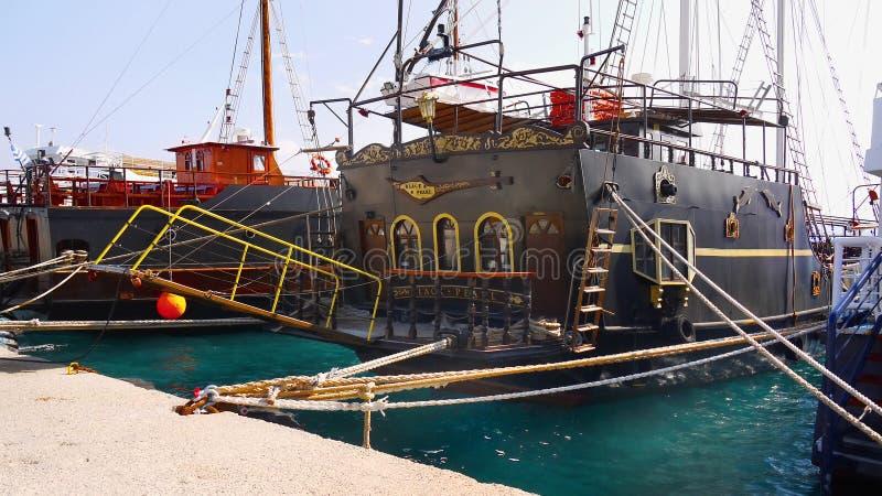 Svart pärlemorfärg skeppkryssning royaltyfri bild